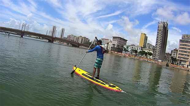 O stand up paddle é praticado com uma prancha e um remo. Para participar do grupo é preciso já ter experiência. Foto: Suprecife/ Divulgação