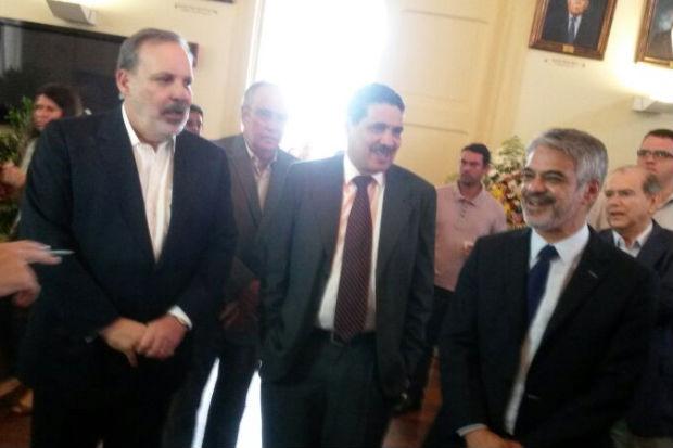 Armando Monteiro chegou ao vel�rio do parlamentar tucano acompanhado por Jo�o Paulo e Humebrto Costa. Foto: Franco Benites/Esp.DP/D.A Press (Franco Benites/Esp.DP/D.A Press)