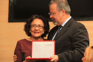 A jornalista Marisa Gibson, do Diario, recebeu a placa de bronze do vereador Raul Jungmann. Foto: Carlos Lima/C�mara do Recife (Carlos Lima/C�mara do Recife)