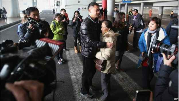 Parentes e amigos que aguardavam os passageiros em Pequim foram levados para um hotel (BBC Brasil)