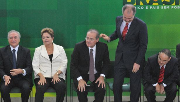 No encontro de hoje, Temer (E), Dilma e Calheiros discutir�o uma forma de pacificar a rela��o do governo com o PMDB. A presidente ainda sentar� com lideran�as do partido para ouvir as demandas. Foto: Breno Fortes / CB/ DA Press
