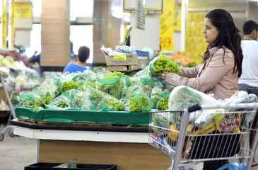 O pre�o dos 13 g�neros aliment�cios essenciais que comp�em a cesta diminuiu 0,75% em rela��o ao m�s de janeiro. Foto: Monique Rene/CB/D.A Press