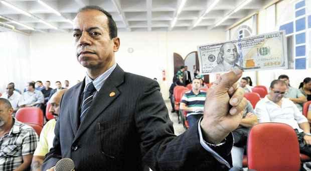 Jorge Wagner mostra modelo de notas falsificadas do servi�o secreto. Foto: Beto Novaes/EM/D.A PRESS (Beto Novaes/EM/D.A PRESS)