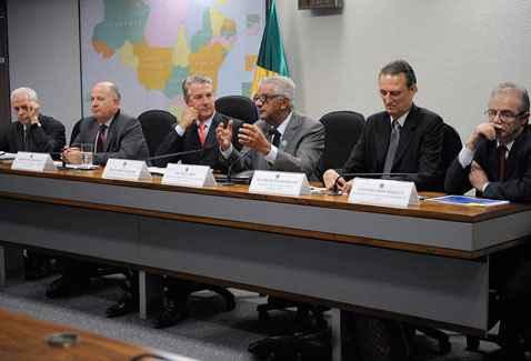 Sales, Zimmermann, Collor, Chipp, Tolmasquim e Barata, na reuni�o da CI nesta quarta-feira. Foto: Jos� Cruz/Ag�ncia Senado (Jos� Cruz/Ag�ncia Senado)