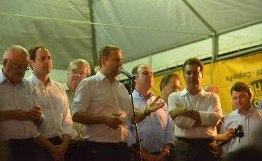 Agenda de Eduardo em Limoeiro foi acompanhada pelo prefeito Ricardo Teobaldo, aliado de Armando. Foto: Eduardo Braga/SEI  (Eduardo Braga/SEI )
