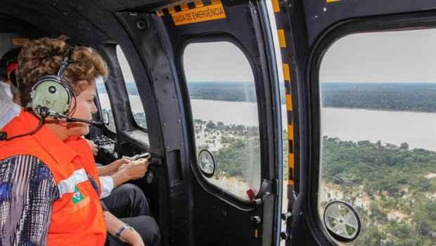 Presidenta Dilma Rousseff durante sobrevoo das �reas afetadas pelas enchentes em Rond�nia (Roberto Stuckert Filho/Presid�ncia da Rep�blica)