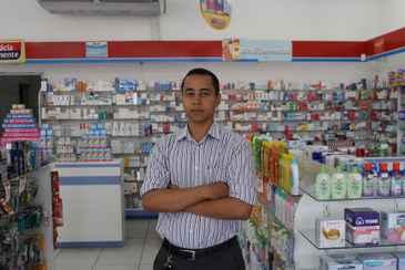 O supervisor das Farm�cias Permanente no Recife, Jean Fl�vio, afirma que a empresa vem buscando trabalhar mais a exposi��o dos perfumes e cosm�ticos. Foto: Julio Jacobina/DP/D.A Press