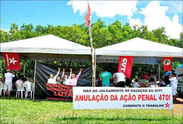 Churrasco no acampamento, que foi desmontado pelos militantes do PT. Foto: Paula Rafiza/Esp.CB/D.A Press (Paula Rafiza/Esp.CB/D.A Press)