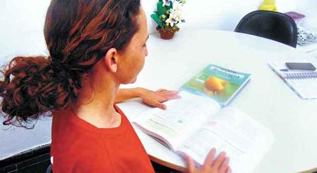 Luciene Guimar�es e os livros de qu�mica e biologia: sonho de se tornar oncologista para ajudar crian�as. Foto: Luiz Ribeiro  (Luiz Ribeiro)