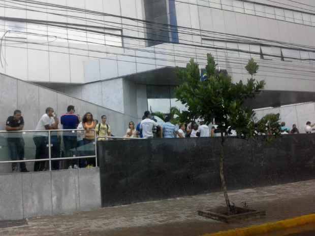 Aprovados em concurso se concentraram, na tarde desta terça, em frente à Secretaria de Administração, no bairro do Pina, aguardando a reunião. Foto: Adaíra Sene/DP/D.A Press