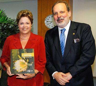 Dilma recebeu um livro sobre a flora da caatinga. Foto: Reprodu��o Facebook (Foto: Reprodu��o Facebook)