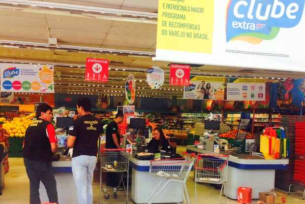 Agentes da Delegacia do Consumidor participaram de opera��o que interdiou o supermercado Extra, na Avenida Jo�o de Barros (Augusto Freitas/DP/D.A Press)