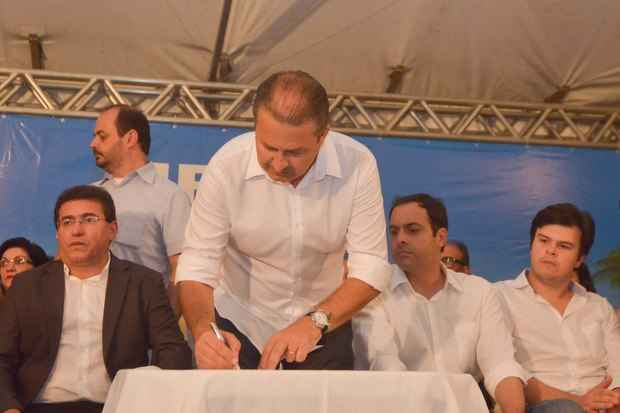 Al�m de Serra Talhada, governador tamb�m esteve ao lado de Paulo C�mara em Petrol�ndia e Floresta. Fotos: Eduardo Braga/SEI (Foto: Eduardo Braga/SEI)