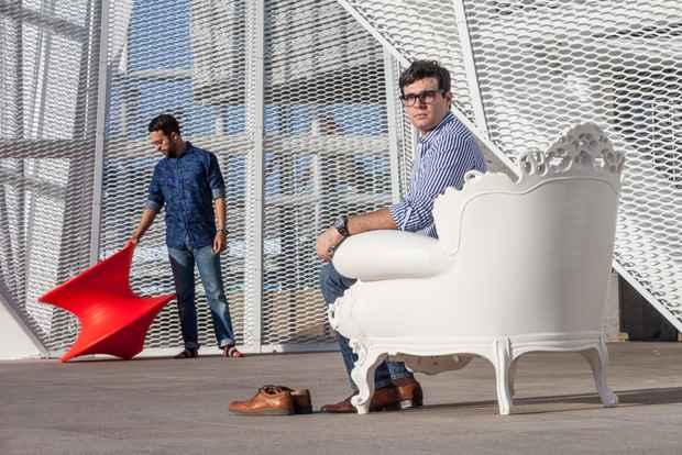 Os empres�rios Matheus Ximenes (ao fundo) e Murilo Bernardes (cadeira branca) refor�am que faltava no mercado local uma ferramenta especializada neste com�rcio. Foto: Divulga��o