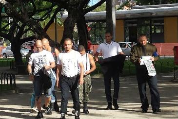 Grupo est� panfletando na Pra�a do Derby. Um dos panfletos diz que o n�mero de mortes na ditadura brasileira � bem menor do que na Revolu��o Cubana. Ed Wanderley DP / D.A press (Ed Wanderley DP / D.A press)