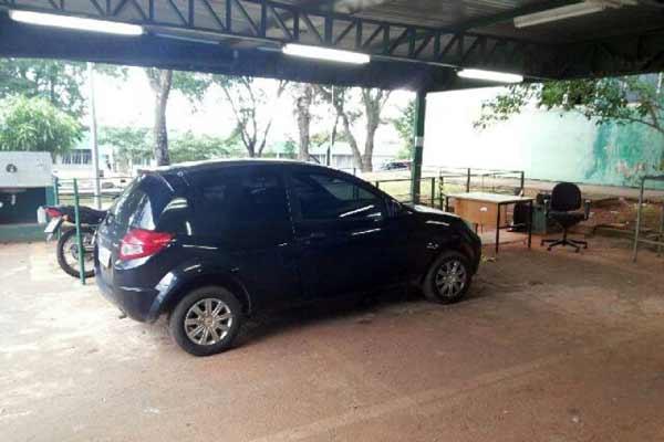 Ford Ka preto, pertencente � professora M�rcia Regina, foi achado, na manh� de ontem, na Quadra 2 de Sobradinho - Foto: Pol�cia Civil/Divulga��o (Pol�cia Civil/Divulga��o)