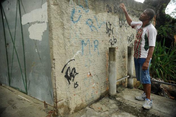 Irm�o de Cl�udia mostra o local onde ela foi baleada. Foto: Fernando Fraz�o/Ag�ncia Brasil