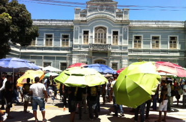 Ambulantes se concentraram em frente ao antigo Colégio Marista.
