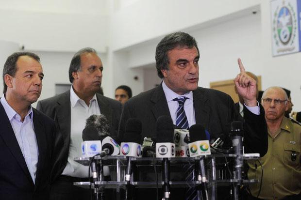 O ministro da Justi�a, Jos� Eduardo Cardozo, anuncia que tropas federais ir�o ocupar o Complexo da Mar� por tempo indeterminado. Foto: T�nia R�go/Ag�ncia Brasil