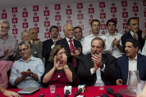 Petistas e petebistas comemoram a decis�o de unirem-se em torno da candidatura de Armando ao governo do estado. Foto: Guilherme Verissimo/Esp.DP/D.A (Guilherme Verissimo/Esp.DP/D.A)