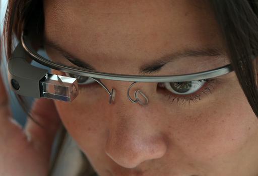(2013) Amostra do Google Glass é apresentada em uma entrevista coletiva da multinacional. Foto: GETTY IMAGES/AFP Justin Sullivan
