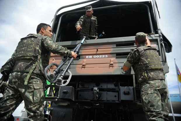 Militares do 1� Batalh�o de Engenharia de Combate-Escola do Ex�rcito aguardam para entrar no Complexo da Mar�,em uma opera��o de buscas a armamentos enterrados por traficantes. Foto: Tania Rego/Ag�ncia Brasil