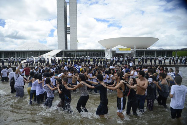 Estudantes e representantes de movimentos sociais, como a Uni�o Nacional dos Estudantes, realizam a Jornada de Lutas da Juventude. Foto: Marcello Camargo/Ag�ncia Brasil
