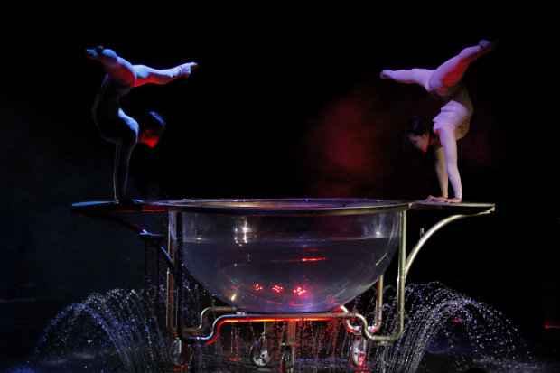 Dupla de contorcionistas da Mong�lia s�o atra��es do Circo Florilegio. Cr�dito: Ricardo Fernandes/DP/D.A. Press