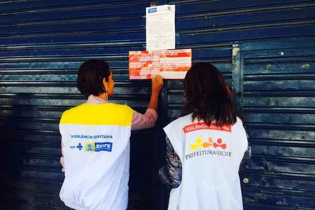 Um dia ap�s a interdi��o do Carrefour de Boa Viagem, fiscais da Vigil�ncia Sanit�ria do Recife interditaram o Extrabom, de Casa Amarela (Augusto Freitas/DP/D.A Press)