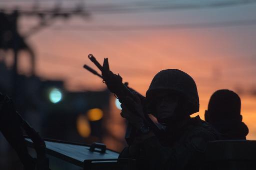 Fuzileiros navais patrulham a Favela da Mar�. Foto: Christophe Simon/AFP Photo