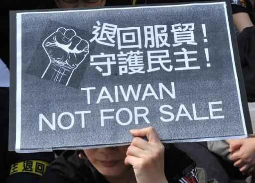 Manifestante mostra cartaz durante protesto contra os acordos comerciais da ilha com a China. Foto: Mandy Cheng/AFP Photo