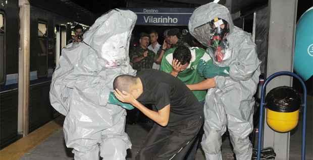 Enquanto o produto foi levado para an�lise ao laborat�rio da Funda��o Ezequiel Dias (Funed), as v�timas foram encaminhadas a uma tenda de descontamina��o (Osvaldo Afonso / Imprensa MG)