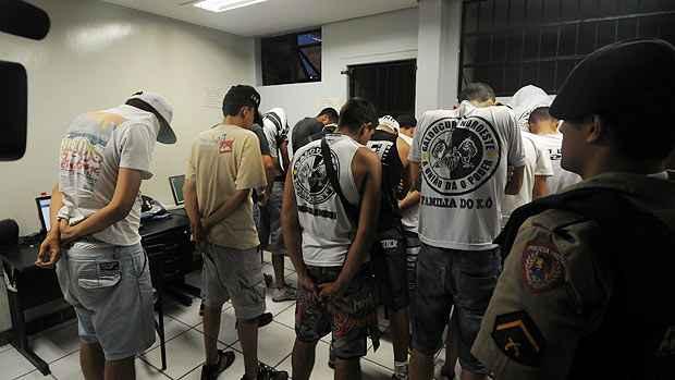 Torcedores do Atl�tico detidos por vandalismo contra um �nibus na Av. Cristiano Machado (T�lio Santos/EM/D.A.Press)