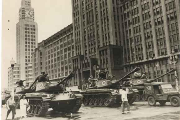 Tanques do Ex�cito ocupam as ruas do Rio de Janeiro no golpe de 1964, iniciando o mais longo per�odo de exce��o do pa�s. Foto: Arquivo Nacional (Arquivo Nacional)