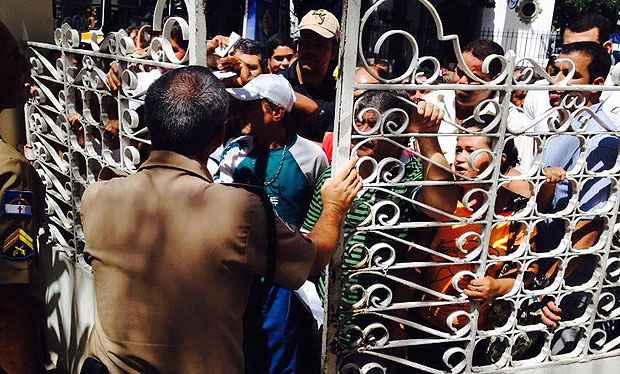 Multid�o se acumulou na entrada do Tribunal Regional Eleitoral, na Avenida Rui Barbosa. Foto: Teresa Maia/DP/D.A Press