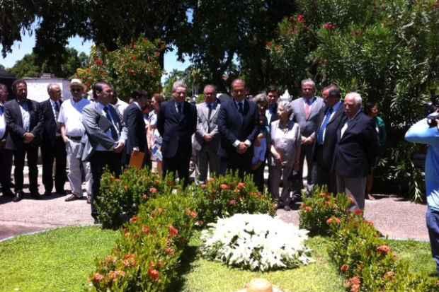 Integrantes da Comiss�o da Verdade e o governador Eduardo Campos visitaram o t�mulo de Miguel Arraes no Cemit�rio de Santo Amaro. Foto: J�lia Schiaffarino/DP/D.A Press (J�lia Schiaffarino/DP/D.A Press)