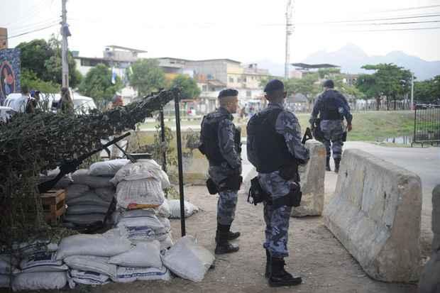 Policiais militares patrulham vias do Complexo da Mar�, um dia ap�s a ocupa��o por for�as de seguran�a do estado. Foto: Fernando Fraz�o/Ag�ncia Brasil