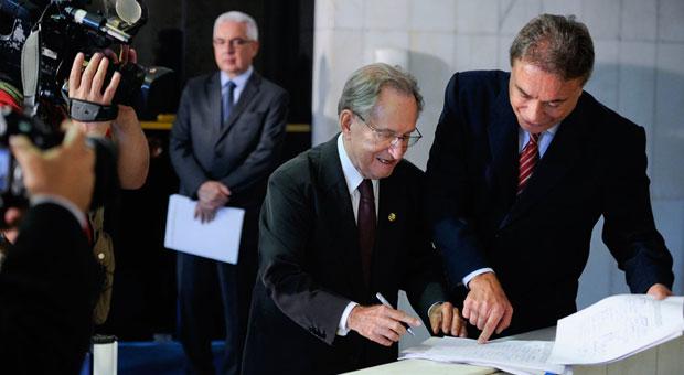 Figueir� e Dias assinam requerimento para cria��o de CPI, que deve ser lido hoje no plen�rio do Senado. Foto: Pedro Fran�a /Ag�ncia Senado (Pedro Fran�a /Ag�ncia Senado)