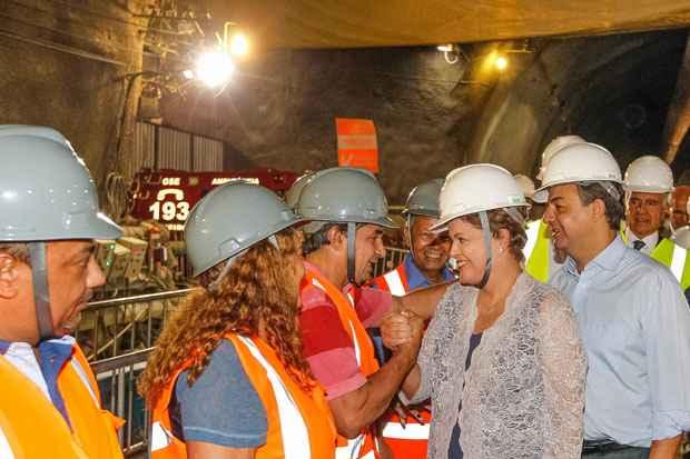 Presidenta Dilma Rousseff cumprimenta e posa para foto com os moradores da comunidade da Rocinha, durante visita �s obras da Esta��o S�o Conrado e deslocamento pelo t�nel da Linha 4 do Metr� do Rio de Janeiro. Foto: Roberto Stuckert Filho/PR