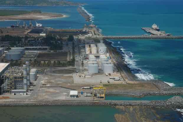 Este ano, a previs�o � de que 14 milh�es de toneladas de gran�is l�quidos sejam movimentados no Porto de Suape (Ricardo Fernandes/DP/D.A Press)