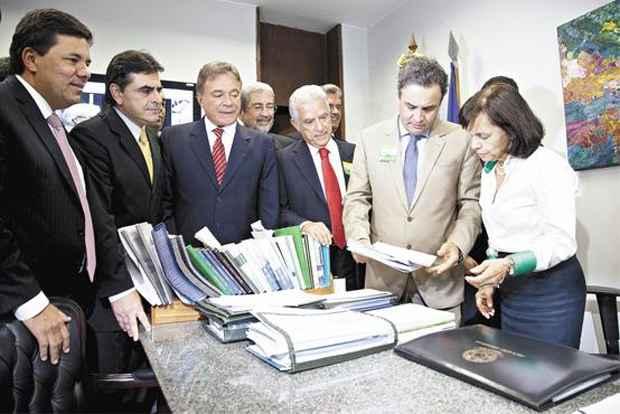 Liderados por A�cio (D), parlamentares da oposi��o entregaram nessa quarta-feira assinaturas para CPI Mista da Petrobras. Foto: Paula Cinquetti/Ag�ncia Senado (Paula Cinquetti/Ag�ncia Senado)