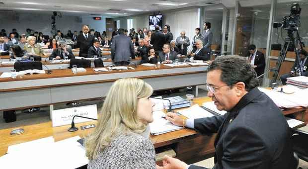 Gleise Hoffmann ao lado de Vital do Rego na CCJ do Senado: projeto aprovado em car�ter terminativo pode baratear a campanha eleitoral. Foto: Geraldo Magela/Ag�ncia Senado (Geraldo Magela/Ag�ncia Senado)
