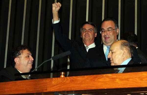 Andr� Vargas (D) sorri no plen�rio da C�mara: 'carona' para passar as f�rias com a fam�lia em Jo�o Pessoa. Foto: Carlos Moura/CB/D.A Press (Carlos Moura/CB/D.A Press)