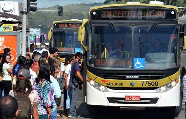 Centro de Taguatinga: passageiros lotam paradas a espera de �nibus. Foto: Gustavo Moreno/CB/D.A Press