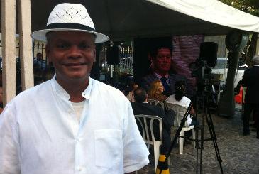 O sambista Ramos Silva foi agradecer o apoio de Eduardo � classe art�stica. Foto: Franco Benites/DP/D.A Press