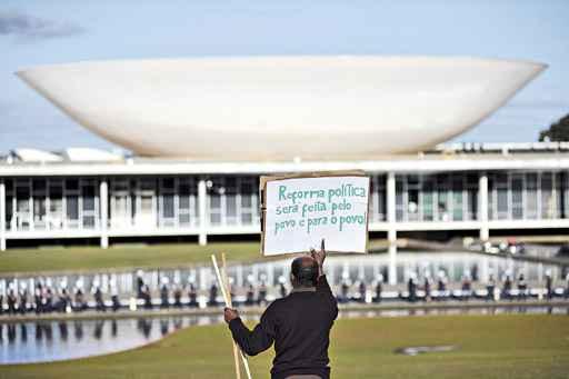 Manifestante em frente � barreira policial no Congresso: entre as cobran�as, mais transpar�ncia e controle no uso dos recursos p�blicos. Foto: Daniel Ferreira/CB/D.A Press (Daniel Ferreira/CB/D.A Press)