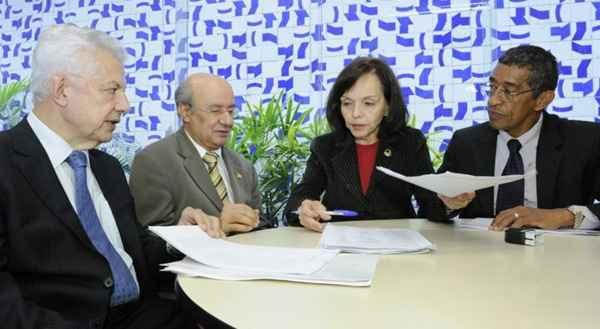 Senadores entregam o requerimento de cria��o da CPI da Petrobras: caso est� na Comiss�o de Constitui��o e Justi�a. Foto: Waldemir Barreto/Ag�ncia Senado (Waldemir Barreto/Ag�ncia Senado)