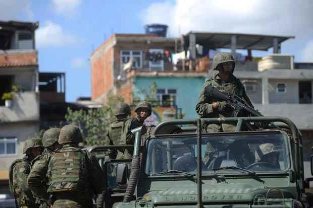 For�as Armadas ocuparam na manh� deste s�bado (5) o complexo de favelas da Mar� no processo de implanta��o de uma Unidade de Pol�cia Pacificadora. Foto: Fernando Fraz�o/Ag�ncia Brasil