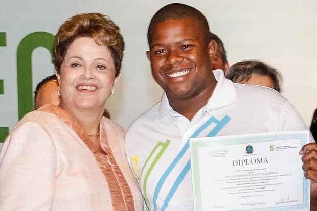 Presidenta Dilma Rousseff entrega o diploma de formatura ao formando Bruno Henrique da Silva Gontijo, durante Cerim�nia de Formatura do Pronatec. Foto: Roberto Stuckert Filho/PR