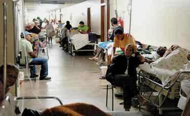 Pacientes em macas nos corredores do Hospital de Base: um dos reflexos da falta de recursos para investimento. Foto: Jos� Varella/CB/D.A Press   (Jos� Varella/CB/D.A Press)
